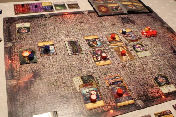 Handlingen i Mage Wars foregår i en arena. Spillbrettet er delt opp i tolv ruter og magikerne og hjelperne de tilkaller beveger seg rundt på brettet og kjemper mot hverandre.