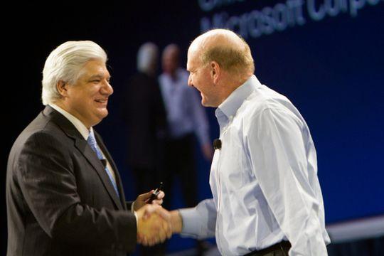 Mike Lazaridis (til venstre) med Steve Ballmer fra Microsoft (til høyre).