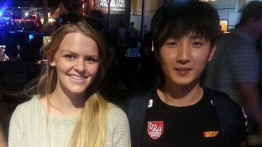 Lise møtte flere StarCraft II-proffer under DreamHack Summer. Her er hun med Park «Squirtle» Hyun Woo.