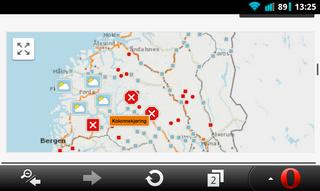NRK viser kart med trafikkmeldingene plottet inn. Her er det enkelt å se hvilke veier som er stengte.