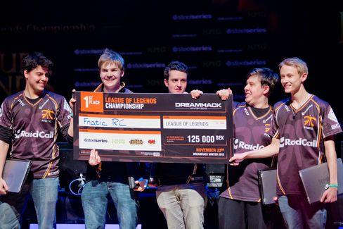 Her er Fnatic-laget etter å ha vunnet DreamHack Winter 2012, bare en måned før Rekkles måtte si takk for seg.