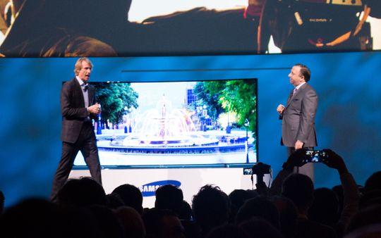 Michael Bay (til venstre) stormet av scenen sekunder etter at dette bildet ble tatt.