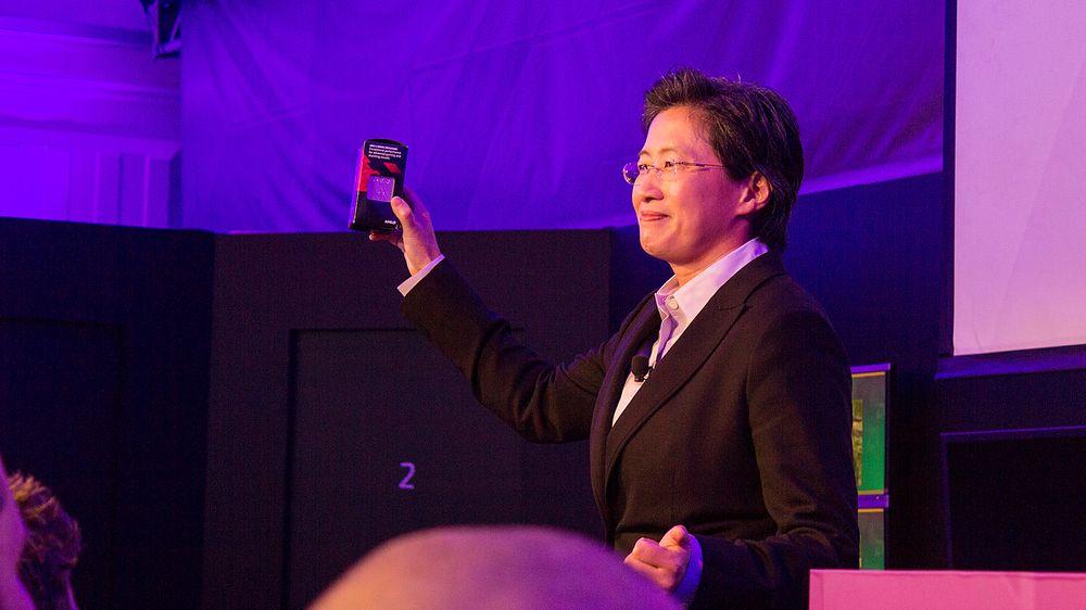 Lisa Su, AMDs senior visepresident og sjef for globale forretninger, viser tydelig stolt frem Kaveri.