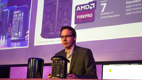 Matt Skynner viser frem AMD FirePro-innmaten i en Mac Pro arbeidsstasjon.