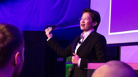 Det Lisa Su holder i hånden her er en fullverdig skrivebords-PC som AMD har satt sammen selv. Dette skal vi fortelle dere mer om i en egen artikkel.