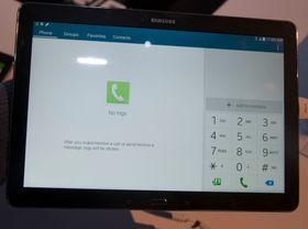 Selvsagt kan du ringe med Galaxy TabPRO 12.2. Det er litt uklart om brettet vil bruke SIM-kortet som står i, eller basere seg utelukkende på Bluetooth-tilkobling mot en telefon. Etter det vi får opplyst kan løsningen variere mellom markedene.
