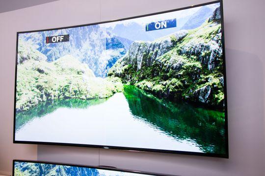 Samsungs buede TV-er har VESA-feste, og kan henge på veggen.