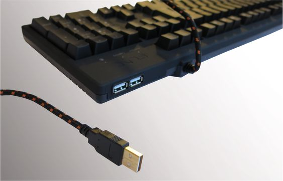 To USB 2.0-porter i bakkant, som forsynes med strøm fra én USB-kabel.