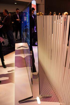 Mens mange prøver å lage LED-TV-ene sine så slanke som mulig, satser Sony på mer stabile, frittstående design.
