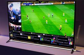 Med social view kan du se fotballkampen, prate med kompisene på Skype, og følge med på Twitter-samtalen om kampen samtidig på en og samme skjerm.