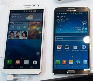 Ascend Mate 2 til venstre, Samsung Galaxy Note 3 til høyre.