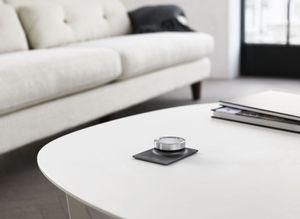 Fjernkontrollen kan også ligge på bordet.
