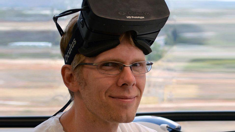 John Carmack, her med en prototype av Oculus Rift med HD-skjerm på hodet.