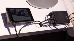 Kontrollboksen til Sonys briller er ikke rent ulik den vi kjenner fra Oculus Rift, men disse brillene kan uten problem drives av en mobiltelefon.
