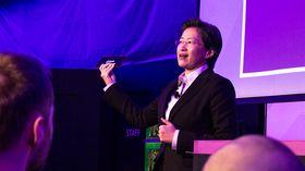 AMDs Lisa Su presenterer den bittelille AMD-maskinen med Mullins-prosessor.