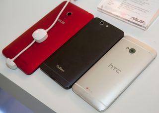 """Det er sjelden """"billigtelefoner"""" frister oss til å sammenlikne direkte med mange ganger dyrere toppmodeller. Her Asus PadFone A86, og HTC One."""