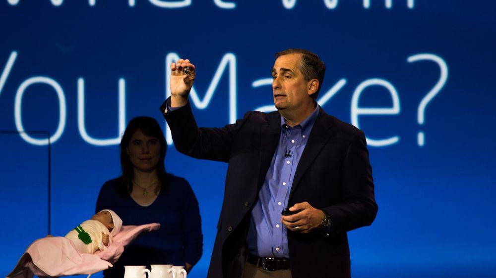 Brian Krzanich viser frem den dobbeltkjernede Edison-brikken.