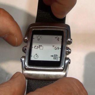 Selv om de app-relaterte innstillingene skjer på telefonen, kan du styre grunnleggende ting direkte på klokken.