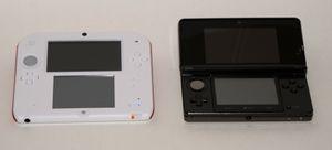 Her er to av Nintendo 3DS-inkarnasjonene. Nintendo 2DS til venstre og NIntendo 3DS til høyre.