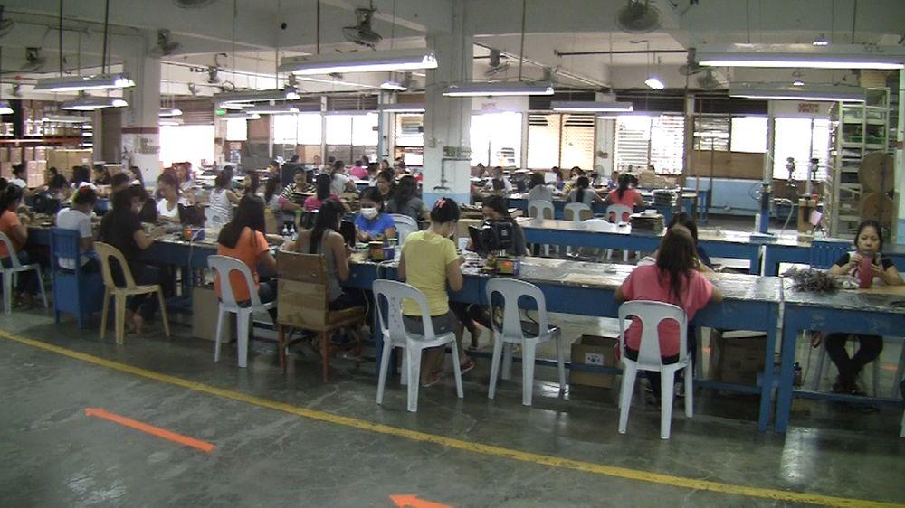 Filippinene er kjent for billig arbeidskraft. Disse tjener etter forholdene godt som fabrikkarbeidere hos Supertooth.