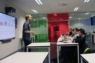 Staaby pauser spillet ved flere anledninger og diskuterer etikkpensum med klassen. FOTO: Marius Kjørmo.