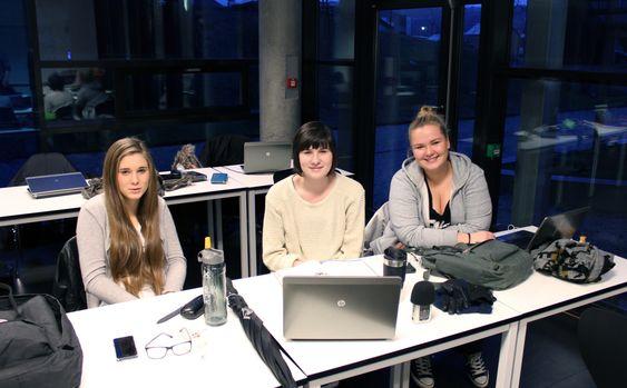 Selv de som vanligvis ikke spiller dataspill lar seg begeistre av undervisningsopplegget. Fra venstre:  Lea Alsos, Synne Wiberg og Anna Furhovden. FOTO: Marius Kjørmo.
