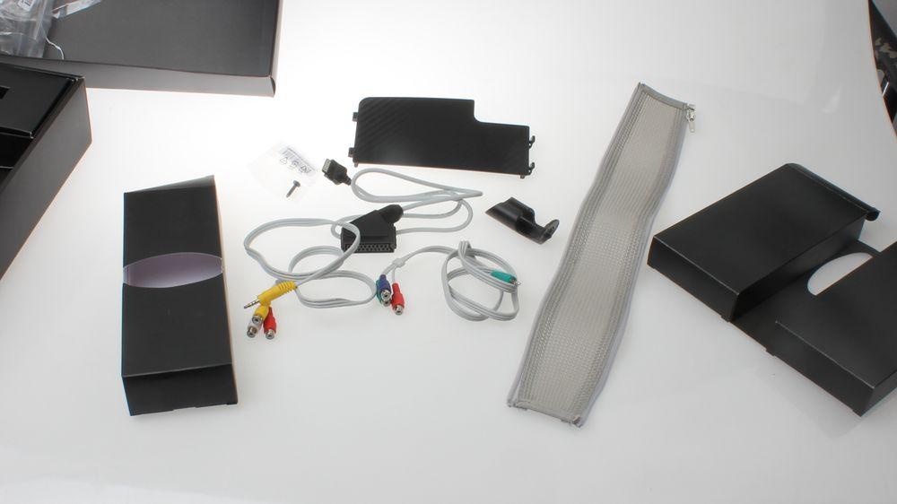 Eskene i midten inneholder en rekke forskjellige ting. Blant annet overganger til gamle analoge tilkoblinger.