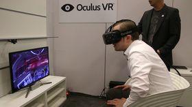 Hardware-journalist Varg Aamo fikk prøve de nye VR-brillene. .