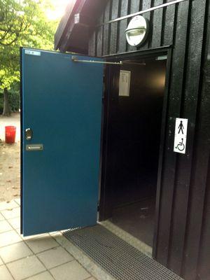 Dette toalettet har en kraftig magnetløs som du kan åpne med en SMS.