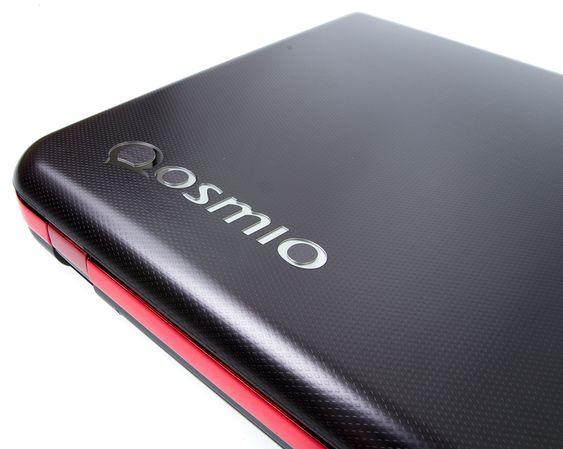 Den velrenomerte Qosmio-logoen pryder lokket, på det som kanskje skal minne om karbonfiber?