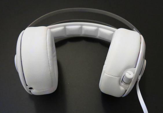 Uttrekkbar mikrofon til høyre, og lydport for mottak eller videresending av lyd til venstre.
