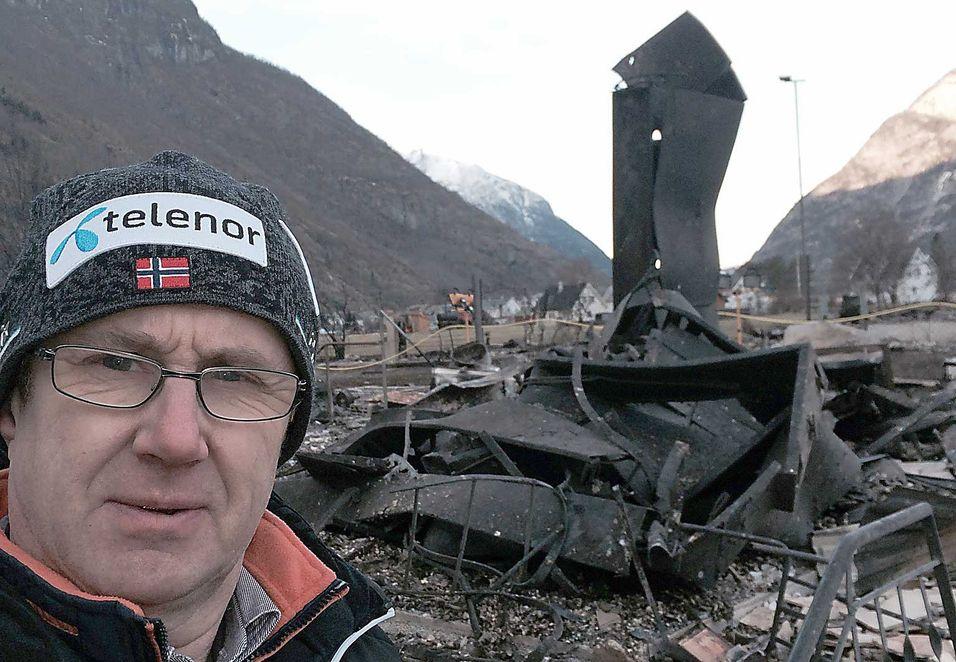 Dekningsdirektør Bjørn Amundsen i Telenor har besøkt den brannrammede bygda Lærdal og bygd opp 4G-dekning i bygda.