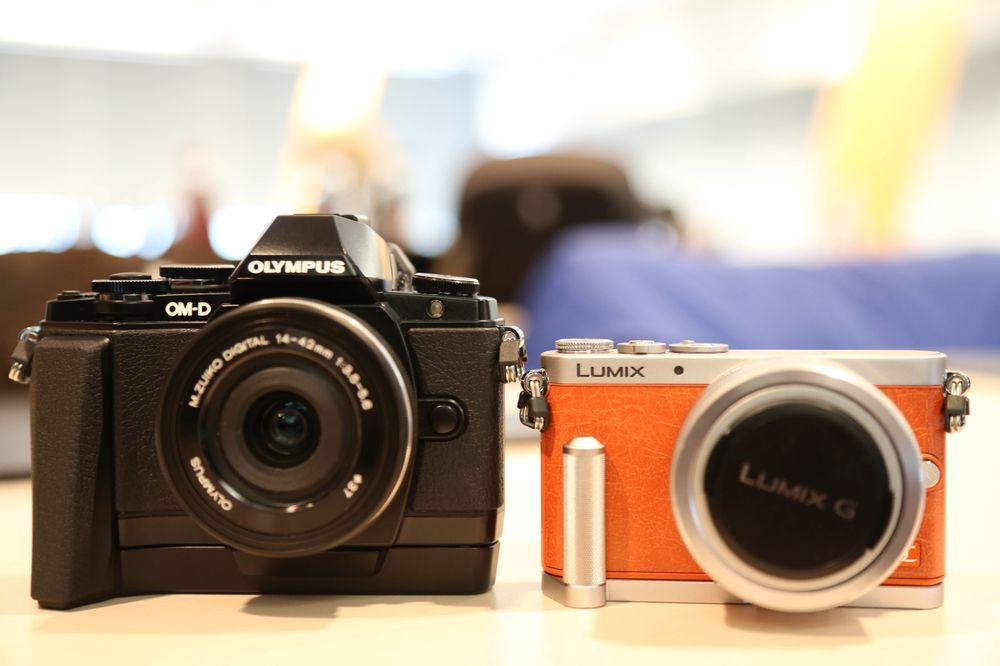 Olympus OM-D E-M10 ved siden av Panasonic GX7.