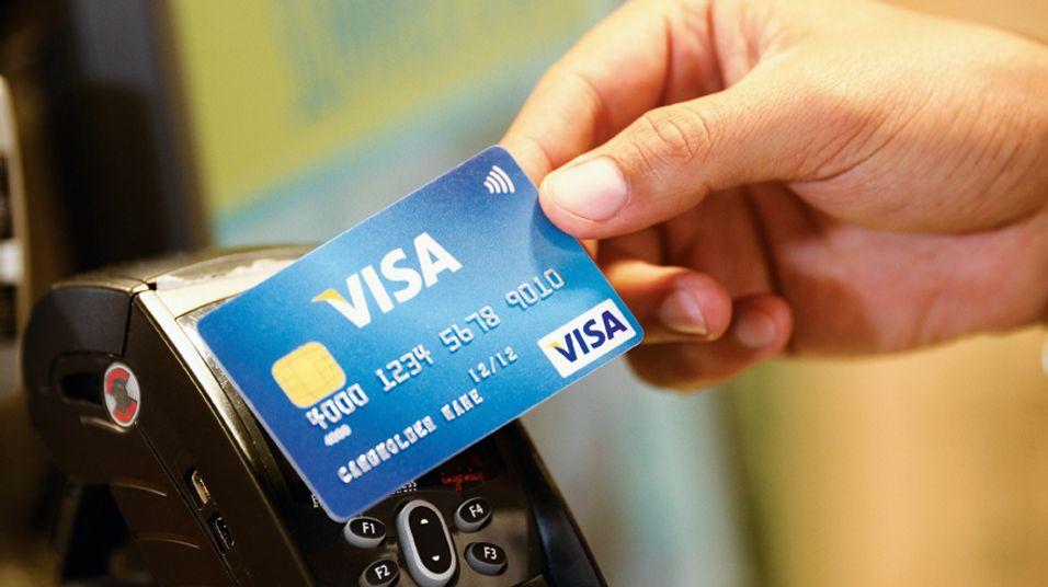 Slik virker Visas Paywave-løsning. Paywave-logoen er synlig øverst i høyre hjørne på kortet.