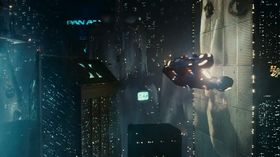 Flyvende biler, men hverken mobiltelefoner eller flatskjerm? Nei takk, Ridley Scott.