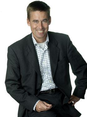August Baumann har ventet svært lenge på å kunne tilby bedret 4G-dekning til sine kunder. Nå er arbeidet endelig i gang.
