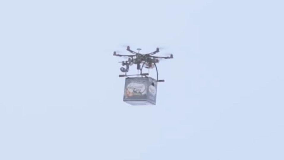 Se dronen levere øl til isfiskerne
