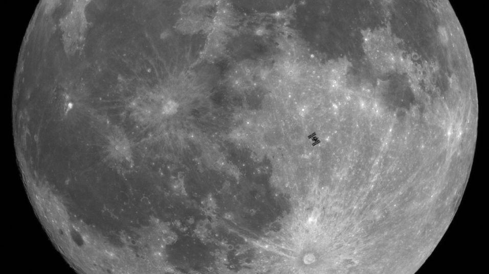 Her er romstasjonen ISS fanget mens den farer forbi månen.