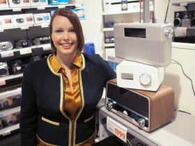 Kommunikasjonssjef Marte Ottemo i Elekstronikkbrnasjen poserer sammen med en annen av salgsvinnerne i 2013, nemlig DAB-radioen.