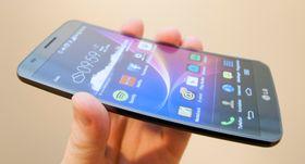 LG G Flex er per dags dato det nærmeste vi kommer en bøyelig mobil. Den er kurvet, men tåler å klemmes flat mot et bord. I løpet av neste år kan dette være gårsdagens nyheter og vel så det.