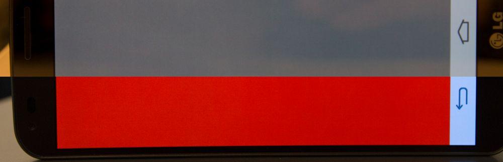 Her har vi satt sammen to bilder. Det ene bildet viser en skjermen når den viser det som skal være en helt ren rødfarge. Det andre er en koksgrå variant. Begge blir ujevne.