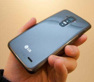 Slik ser LG G Flex ut på baksiden. Her har den lakk som skal være selvreparerende ved riper og skrap.