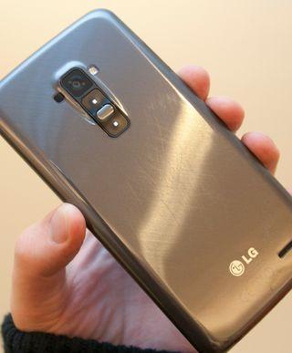 Etter litt skraping fremstår telefonen slik på baksiden. Det er mulig at noen av skrapene er for dype til å bli bedre av seg selv, men vi registrerer at også de lette skrapene ser ut til å bli værende.