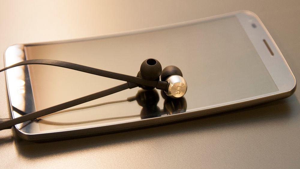 Det er svært gode ørepropper som følger med LG G Flex. Skal du ha bedre lyd enn dette må du velge relativt kostbare øreplugger, eller hodetelefoner.
