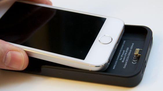 Lightning-kontakten kobler sammen ladedekselet og telefonen.