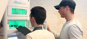 Her prøver IT-ansvarlig Hermann Scott-Dahl og daglig leder Pål Sømme å lade vårt 12.2-tommer nettbrett i det nye ladeskapet. Det gikk akkurat  ikke. Men en vanlig iPad går så vidt inn i skapet.