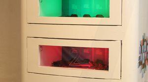Skapene har skuddsikkert glass og samme låsesystem som minibanker.