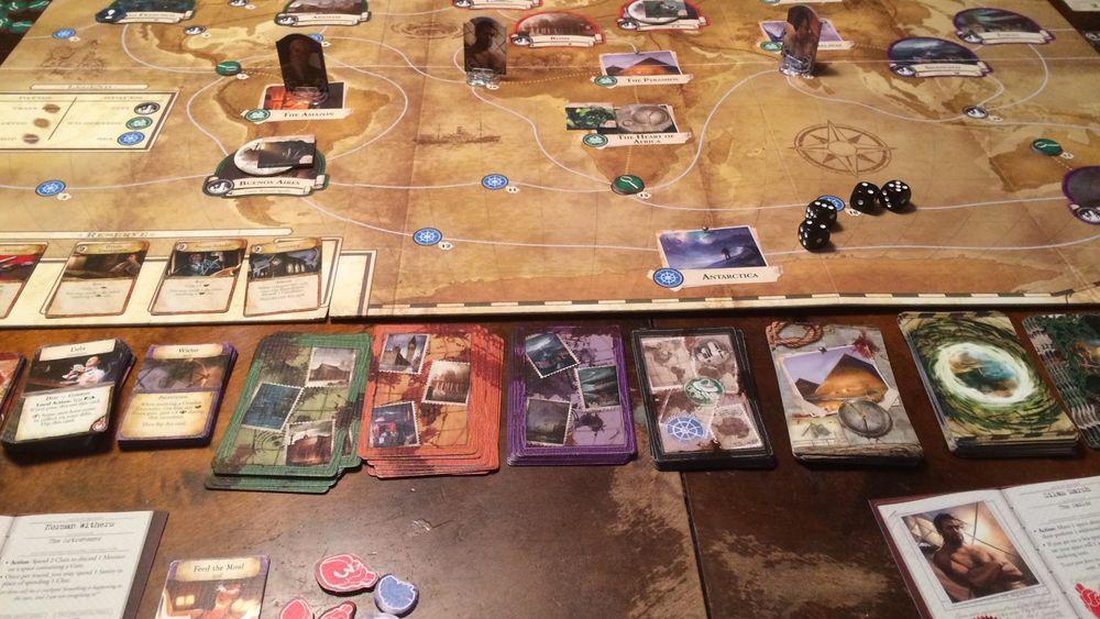 Eldritch Horror krever god bordplass. Brettet er relativt stort og er omringet av spillkort og andre komponenter.