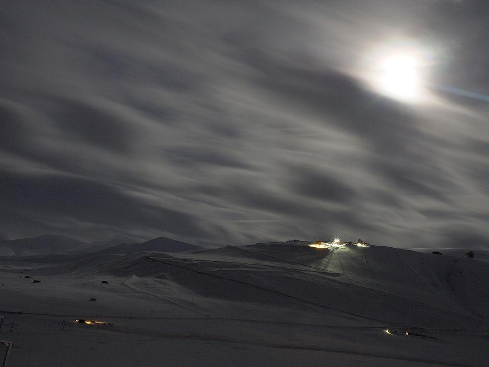 30 sekunders eksponering: månelys over Gruve 7, den eneste gruva som fremdeles er i drift i Longyearbyen.