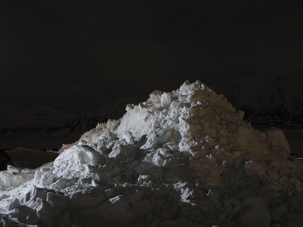 26 sekunders eksponering: snøhaug med fjell i bakgrunnen.